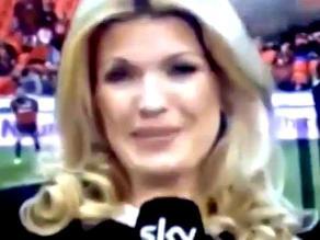 Reportera alemana recibió un pelotazo en previa a duelo de Bundesliga