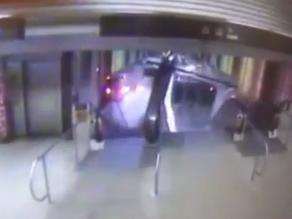 Video del tren que embistió escalera en el aeropuerto de Chicago
