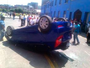 Auto termina volteado en enfrentamiento entre mineros y policías en Lima