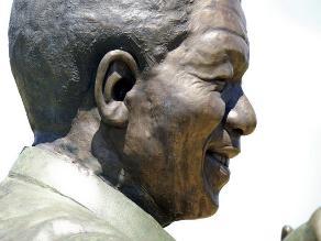 Retiran conejo de bronce incrustado en estatua de Nelson Mandela