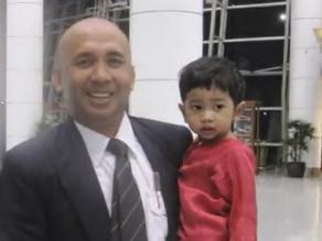 Hijo del piloto del avión malasio desaparecido defiende a su padre