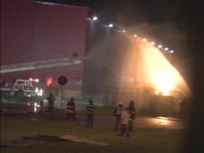 Trujillo: incendio en planta de Coca Cola puso en aprietos a bomberos