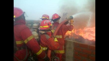 Imágenes del incendio que consumió almacén de frazadas en Huachipa