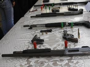 Policía incauta arsenal de armas oculta bajo tierra en Punta Hermosa