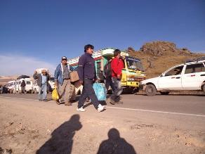 Pobladores bloquean puente de Sibayo reclamando asfaltado de la vía