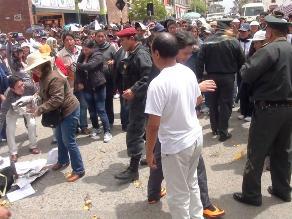 Huancayo: trabajadores del Poder Judicial lanzan huevos a la policía