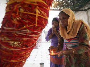 Mujer se quema después de que su violador fuera condenado a pedirle perdón