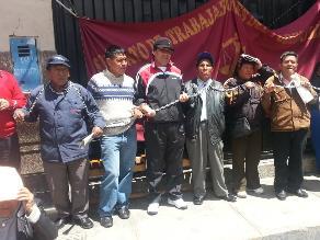 Huancayo: trabajadores judiciales se encadenan y lanzan huevos