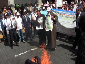 Puno: trabajadores del Poder Judicial queman expedientes en huelga