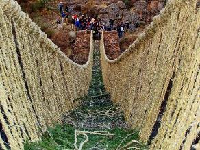 Pobladores atentan contra puente que une distritos en Cusco