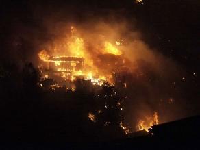 Incendio descontrolado en Valparaíso deja viviendas destruidas