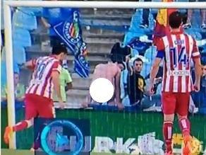 Getafe-Atlético: Hincha enseña nalgas y evita que Costa convierta penal