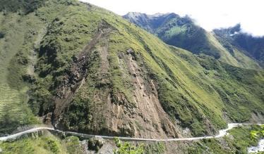 Puno: fuertes lluvias causan caída de rocas en vía Interoceánica