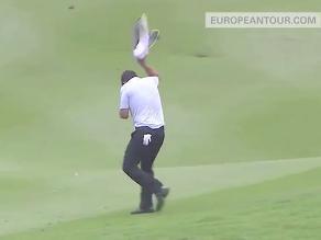 Golfista es atacado por avispas y se mete a un lago para ponerse a salvo