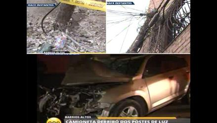 Barrios Altos: Camioneta se despista, derriba postes y ocupantes fugan