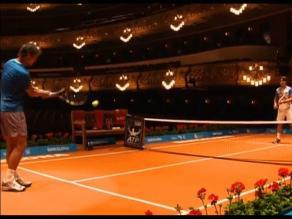 Rafael Nadal y David Ferrer juegan partido de tenis en teatro de ópera