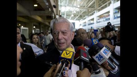 Vargas Llosa llega a Venezuela deseando que diálogo de paz sea efectivo