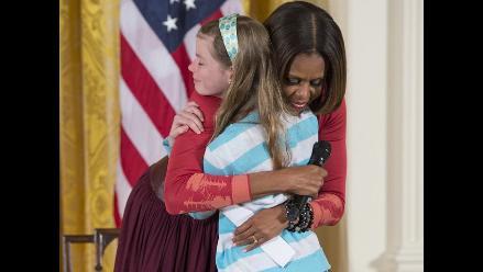 Niña entrega a Michelle Obama el currículum de su padre desempleado