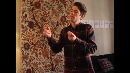 Joven interpreta el tema de Super Mario Bros. chasqueando los dedos