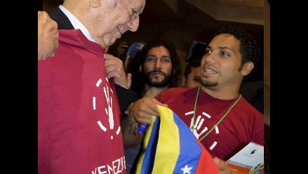 Vargas Llosa al recibir bandera venezolana: más emocionante que el Nobel