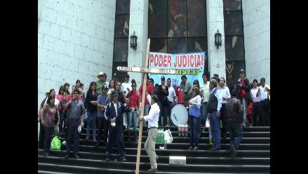 Trabajadores protestaron durante visita de ministro de Justicia