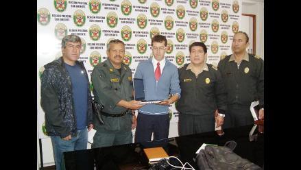 Suboficiales PNP devuelven laptop a joven en Cusco