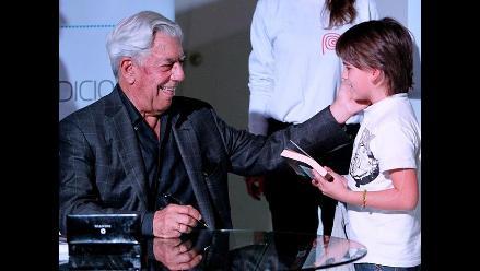 Vargas Llosa atrae a multitud de lectores en Bogotá