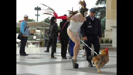 Condenan a artista que bailó con un gallo atado al pene
