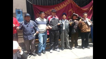 Huacho: se encadenan y exigen justicia por asesinato de periodista