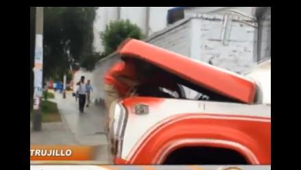 Insólito: cobrador arregla motor de microbús en movimiento en Trujillo
