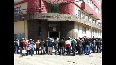 Huancayo: judiciales impiden ingreso de magistrados con cadena humana