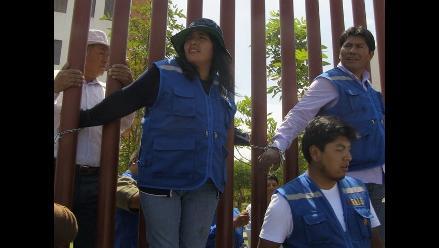 Puno: docentes encadenados exigen destituir al director de Ugel San Román