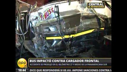 Bus interprovincial y Cargador frontal chocan en la Panamericana Sur