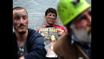 Fuego y gas dificultan rescate de mineros atrapados en Turquía