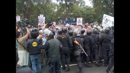 Manifestantes de salud se enfrentan a la policía en av. Salaverry
