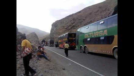Arequipa: camión de carga atascado en túnel bloquea tránsito