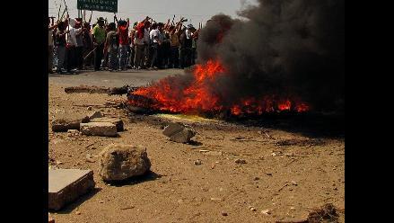 Cusco: universitarios bloquean con llantas carretera en Quillabamba