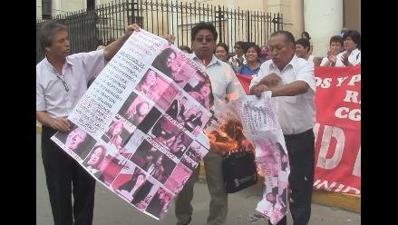 Huelguistas de Salud queman fotos y se desangran en Chiclayo