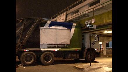 Camión recolector de basura queda atascado en puente de avenida Brasil
