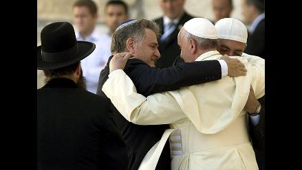 Papa Francisco y el abrazo entre tres religiones
