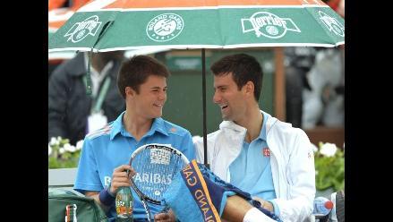 Roland Garros: Djokovic se toma un trago con recogepelotas en plena lluvia