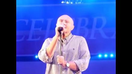 Phil Collins sorprende en colegio de Estados Unidos