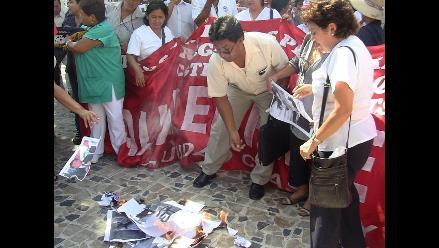 Chiclayo: asistenciales queman fotos de la ministra Midori de Habich