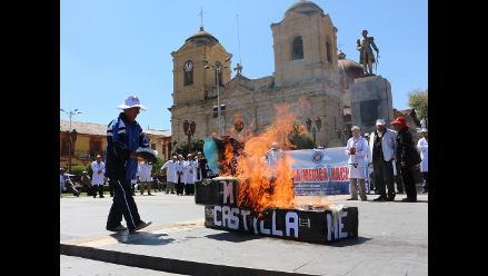 Huancayo: médicos y asistenciales queman ataúdes de ministros