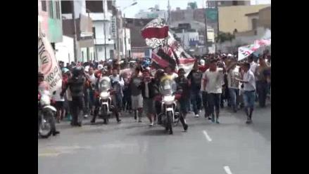 Barra de Universitario llegó al Estadio Nacional escoltada por la Policía