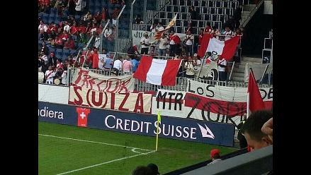 Suiza-Perú: Hinchas de Universitario presentes en el estadio con banderolas