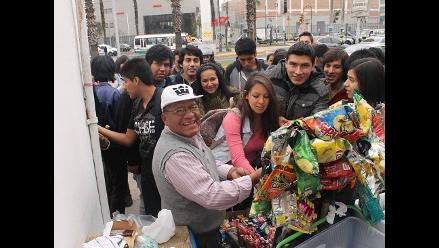 Estudiantes de USMP se unen a campaña para evitar desalojo de vendedor ´Panchito´