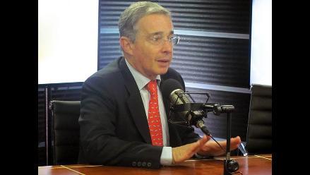Uribe acusa a Santos de comprar votos y recibir apoyo de FARC