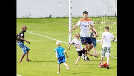 Van Persie se relaja jugando con sus hijos en entrenamiento de Holanda