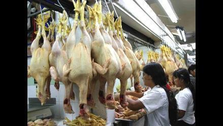 Lavar el pollo crudo puede propagar infecciones